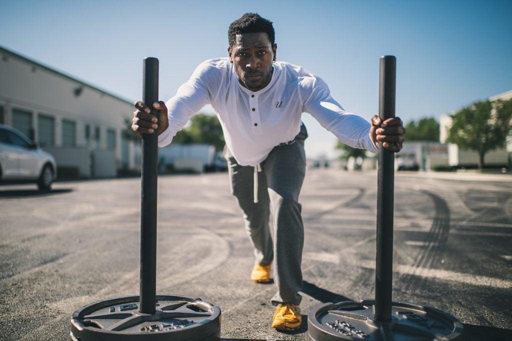 atleta de crossfit se fatiga al aire libre