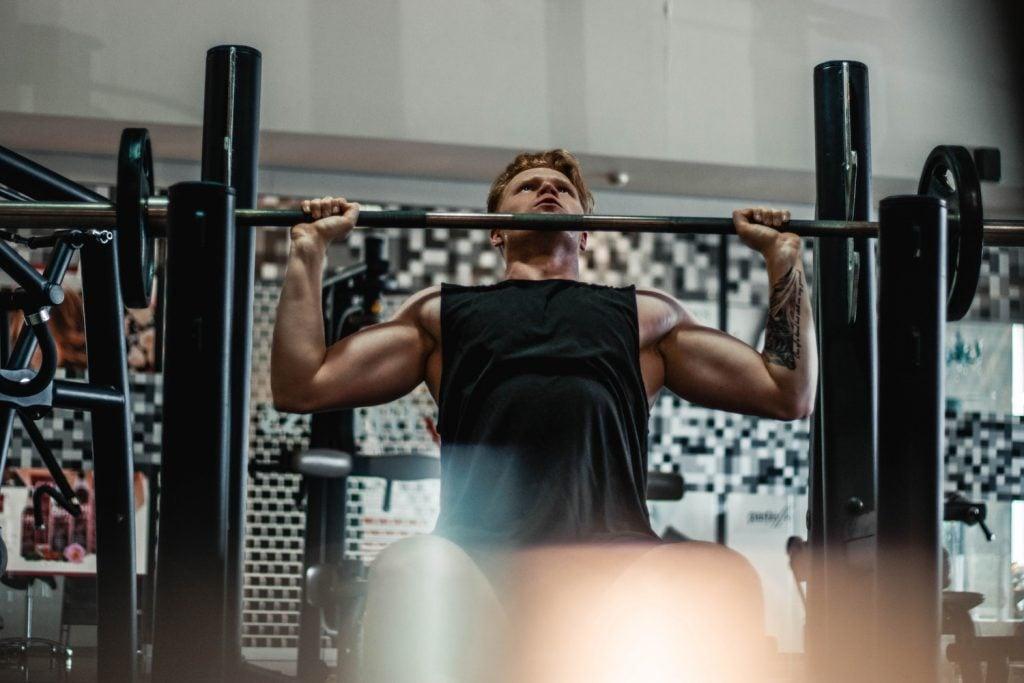 atleta crossfit con barra